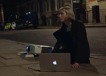 看完蘋果的文案,我也想成Mac背后的女同學